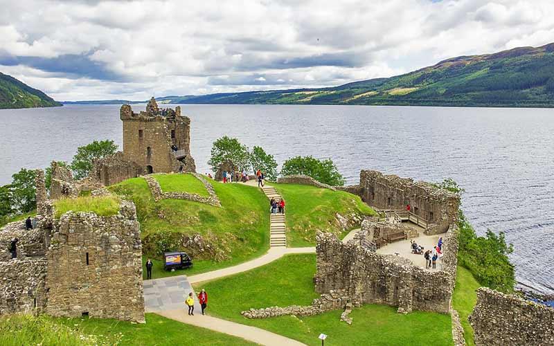 Loch Ness w castle2